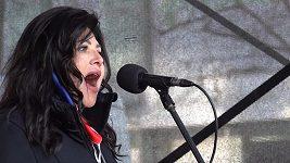 Ilona Csáková zpívala na demonstraci na Václavském náměstí