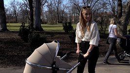 Kate Matl to sekne i na procházce s miminkem.