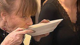 Lenka Kořínková pije polévku v Prostřenu