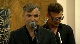Jiří Macháček s kapelou Mig21 na pohřbu Libuše Šafránkové