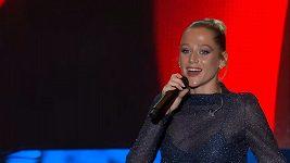Emma Drobná zpívá píseň Čerešně.