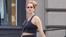 Jennifer Lawrence odhalila těhotenské bříško ve sportovním outfitu