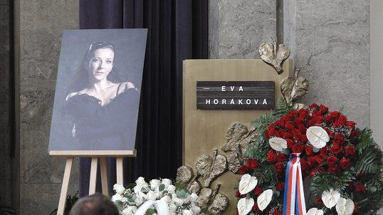 Poslední rozloučení s krásnou baletkou (✝50): Plakal její syn (10) a stovkytanečníků